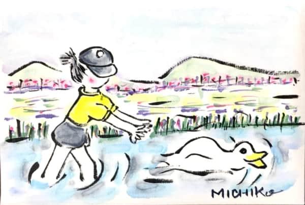 少女とアヒルの遊ぶ川の風景